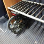 Hızlı trene koyulmuş bir katlanır bisiklet